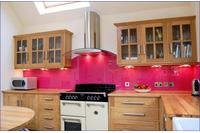 Kính bếp ốp tường sơn màu..