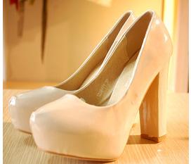 Duy nhất 1 em giày cao gót như hình new 100% giá bằng 50% giá lúc mua