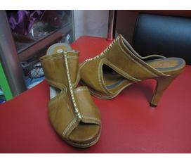 Mấy đôi guốc giày mới cần bán