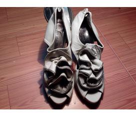 Thanh lí 1 đôi giày như hình .size 35 .giá cả thoả thuận