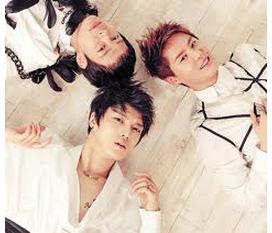 Chữ ký tay xịn trên album và poster In heaven của JYJ