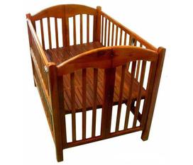 Cũi trẻ em chất liệu gỗ gụ, một loại gỗ tự nhiên quý, cứng nên không qua quá trình xử lý chống mọt, chống ngót