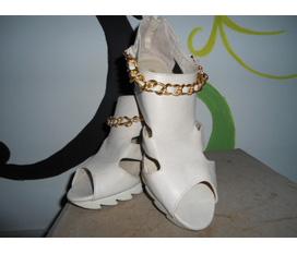 Giày cao gót màu trắng ngà, xích vàng sành điệu, nữ tính