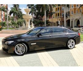 Gia đình cần bán chiếc xe BMW 750Li màu xanh đen mới mua chưa đăng ký giá mềm