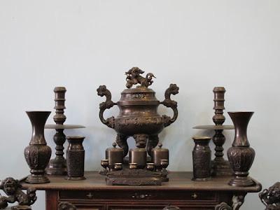 Bộ đồ thờ tam sự bằng đồng hun giả cổ: đỉnh đồng,chân nến,ng