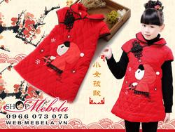 Ảnh số 59: V527 Váy kiểu xường xám trần trám lót bông cổ sen tay hến trang trí hình cô bé quàng khăn đỏ cực xinh cho bé khoảng 4 đến 7 tuỏi - Giá: 290.000