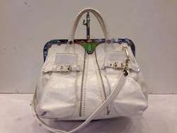Ảnh số 47: MS TG30: Túi Versac màu trắng, quai đeo vai , mới 96% Giá : 30 triệu - Giá: 1.000