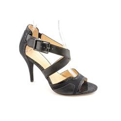 ?nh s? 31: A. Marinelli size 6.5  Sandals màu đen, da lộn, mặt da in đột logo họa tiết hoa lạ mắt  Cao 9cm, có móc cài điều chỉnh rộng hẹp cổ chân - Giá: 1.300.000