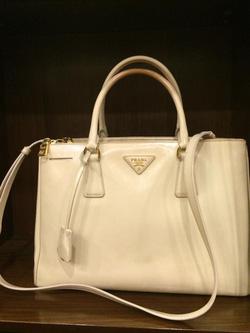 Ảnh số 28: MS TG11: Túi Prada màu trắng bóng, sz 33, new 97% Giá : 15 triệu - Giá: 1.000