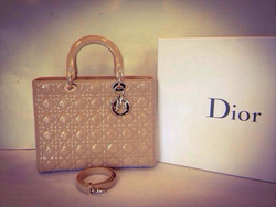 Ảnh số 13: MS T25: Túi Dior màu be bóng , sz Large, mới 97% Giá 53 triệu - Giá: 1.000
