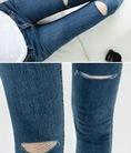 Quần jeans rách gối lệch phong cách, ngộ nghĩnh đón xuân