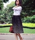 Sơ mi trắng túi hai bên kết hợp chân váy vintage vô cùng duyên dáng