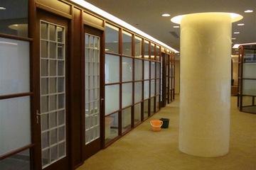 Vách ngăn kính gỗ văn phòng VGK07