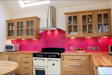Kính bếp ốp tường sơn màu.