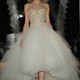 Cá tính cùng váy cưới Reem Acra 2014.