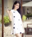 Đầm suông trắng châm bi đen to đuôi cá xinh như Ngọc Trinh