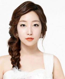 Ảnh số 58: Tóc dành cho Cô Dâu xinh xoăn nhẹ Hàn quốc - Giá: 800.000