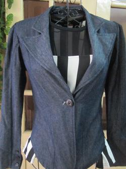 Ảnh số 80: Áo vest jean một cúc, chất dày dặn, tay có gân giữa nhìn nhỏ tay, size S - 150k - Giá: 150.000