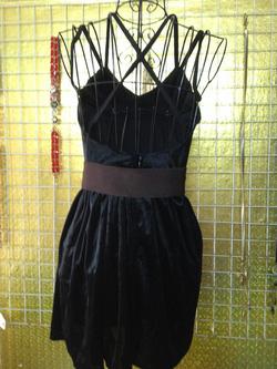 Ảnh số 87: Váy nhung đen, quai dây mảnh, hở lưng, mặc rất gợi cảm lại tôn dáng - 190k - Giá: 190.000