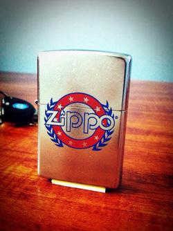 Ảnh số 2: Zippo Wreath and Stars Zippo - Giá: 650.000